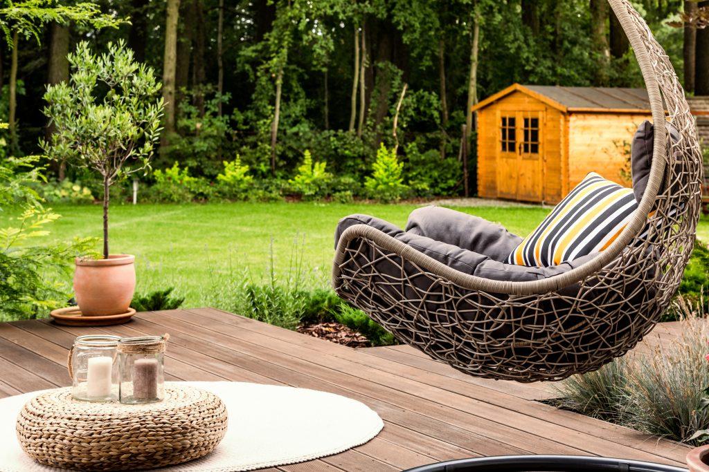 Chaise suspendue dans le jardin